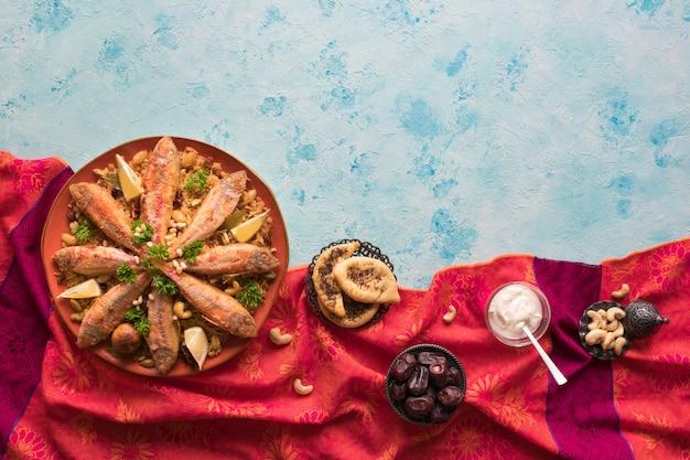 Pescado kabsa: platos de arroz mixto que se originan en yemen. comida del medio oriente.