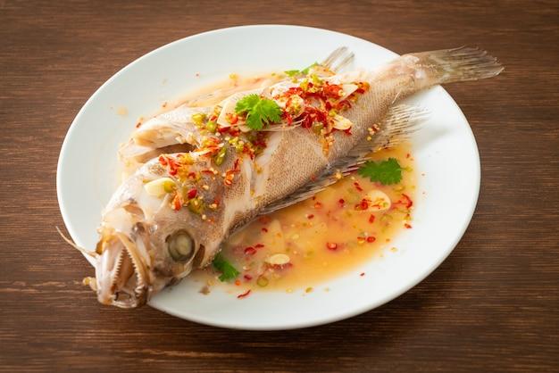Pescado mero al vapor con lima y chiles - estilo de comida asiática