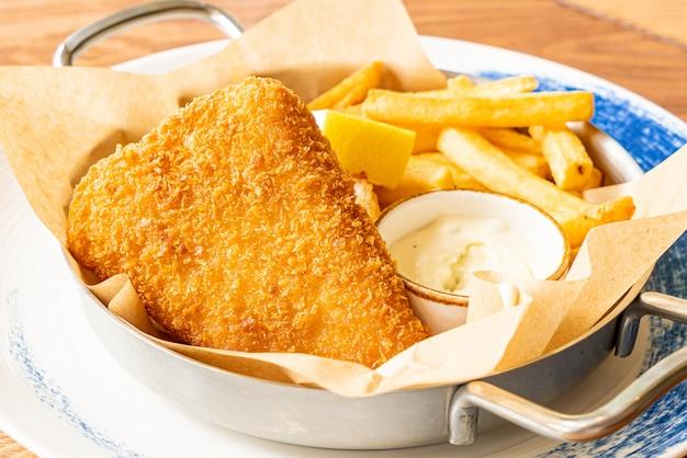 Pescado y papas fritas y salsa