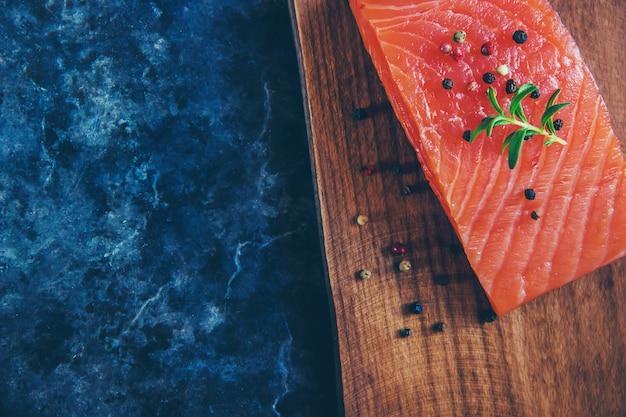 Pescado rojo. enfoque selectivo comida y bebida.