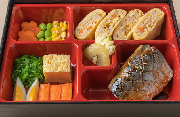 Pescado saba caballa a la parrilla con aperitivo en set bento - estilo de comida japonesa