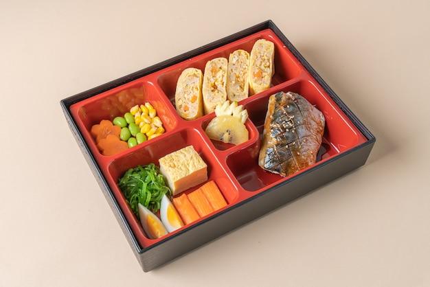 Pescado saba caballa a la parrilla con aperitivo en set bento. estilo de comida japonesa
