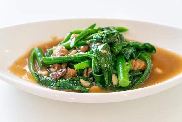 Pescado salado salteado con col rizada china - estilo de comida asiática