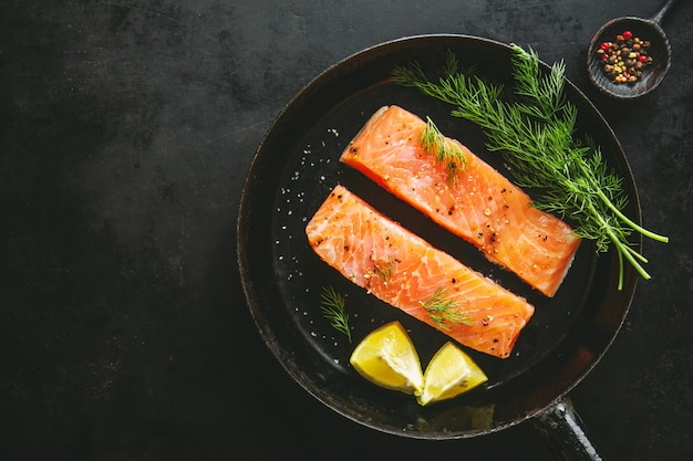 Pescado salmón crudo en sartén vintage