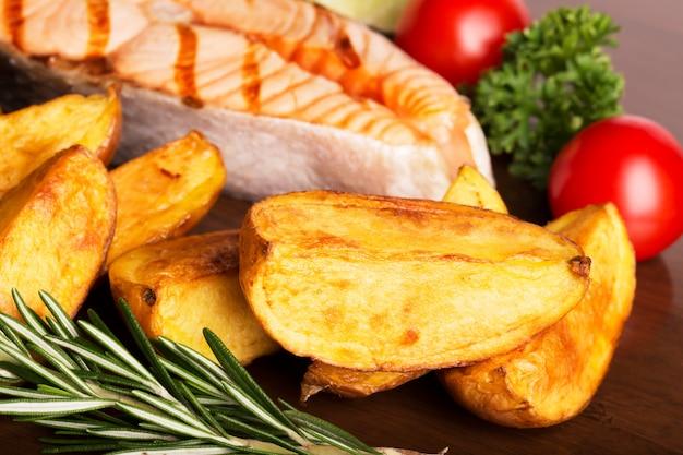 Pescado (salmón) y papa frita