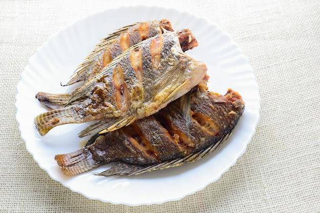 Pescado tilapia frito profundo con salsa de pescado y pimienta