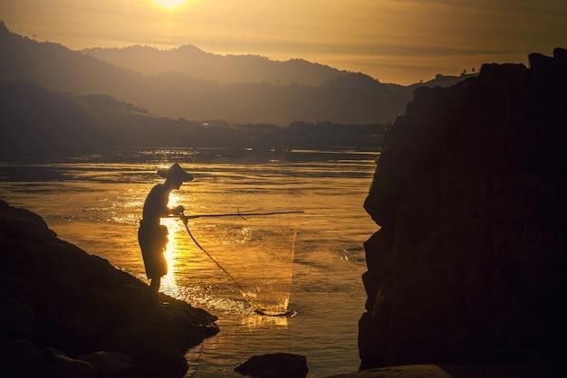 Pescador en acción al pescar en el lago.