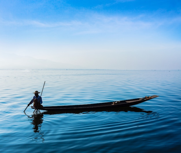Pescador birmano en el lago inle, myanmar