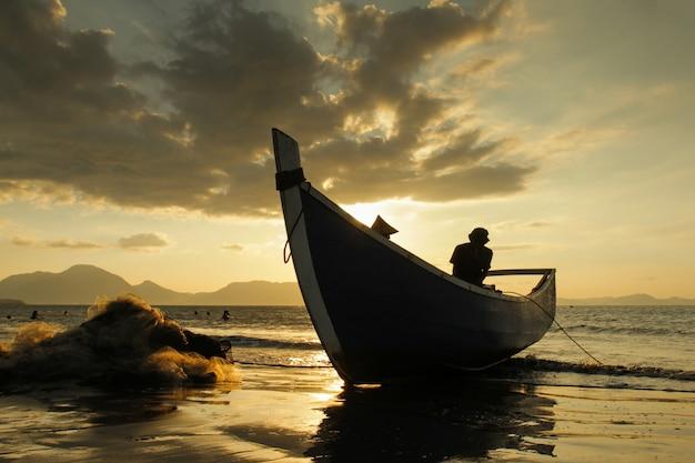 Pescador fondo nublado