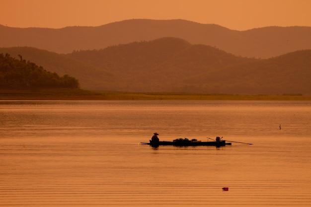 Pescador con red en el lago