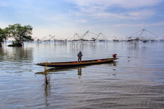 Pescadores estilo tailandés trampa de pesca en el pueblo de pak pra, net fishing tailandia