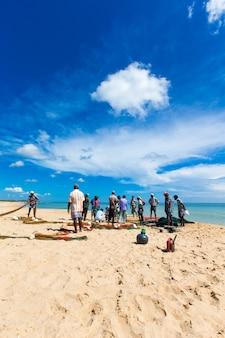Pescadores locales tiran de una red de pesca del océano índico