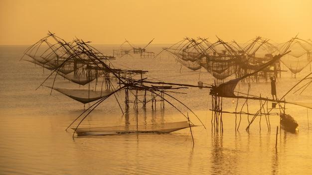 Los pescadores utilizan la red de pesca trampa para pescar por la mañana