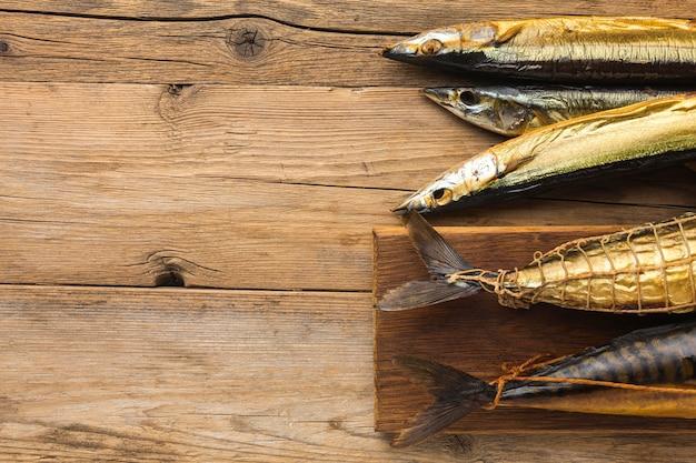 Pescados ahumados en mesa de madera