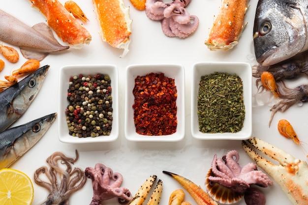 Pescados y mariscos frescos con condimentos en la mesa