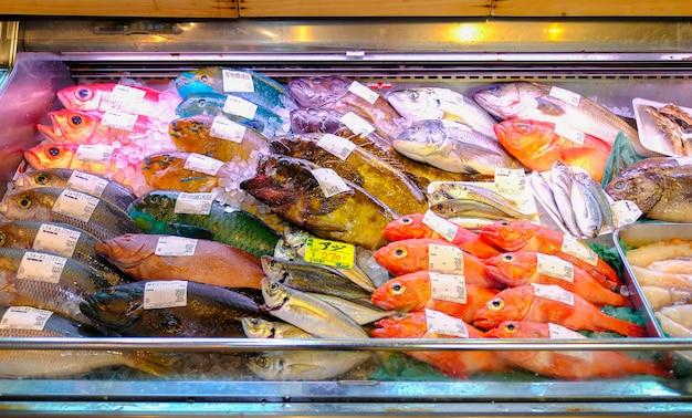 Pescados tropicales frescos coloridos en el mercado, okinawa, japón