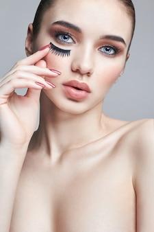 Pestañas postizas en los ojos, maquillaje cosmético.