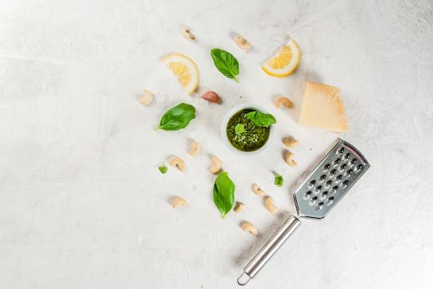 Pesto con ingredientes sobre una mesa blanca