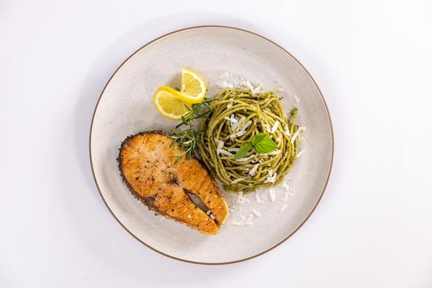 Pesto de pasta con salmón braseado