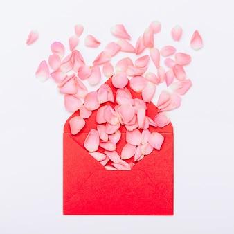 Pétalos de flores en el sobre