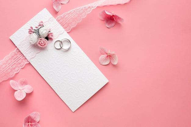 Pétalos y papelería de boda de lujo plana.