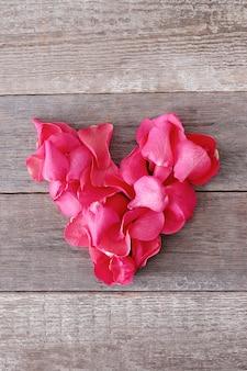 Pétalos de rosa en forma de corazón