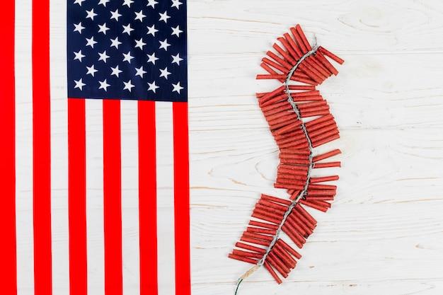 Petardos y bandera americana