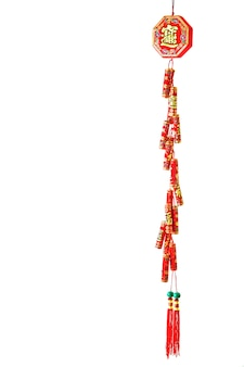 Petardos rojos chinos sobre fondo blanco