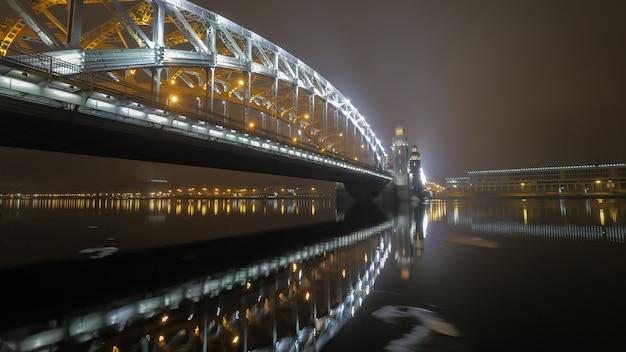 Peter el gran puente en san petersburgo por la noche