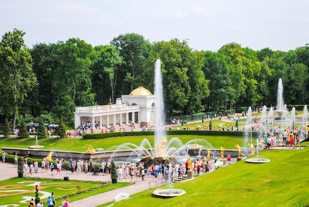 Peterhof recibió visitantes después de la restauración de muchas exhibiciones.
