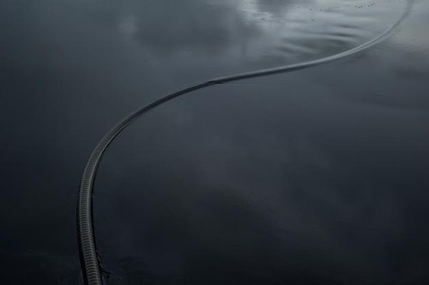 Petróleo crudo a lo largo de la playa de ao phrao después de un derrame de petróleo cercano en el golfo de tailandia.