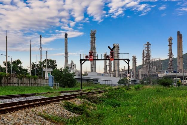 Petróleo y zona de industria petrolera y nube azul.