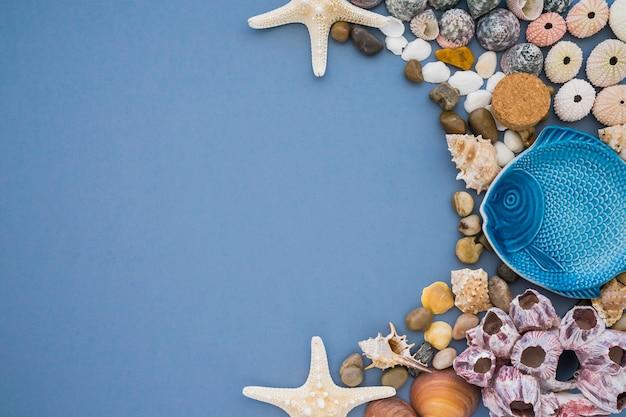 Pez azul con otros elementos decorativos sobre superficie azul