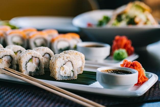 Philadelphia roll crema queso cangrejo pepino wasabi jengibre vista lateral