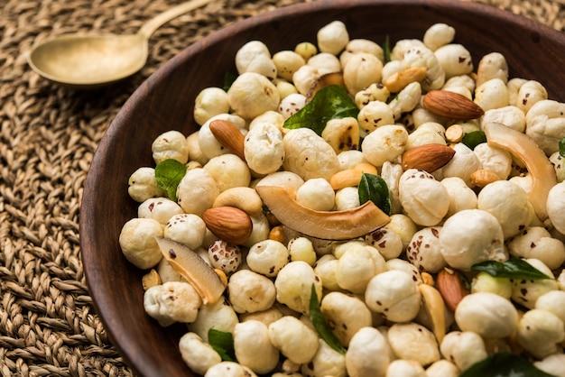 Phool makhana chivda es un bocadillo crujiente y saludable de la india, perfecto para la hora del té. servido en un plato o bol. enfoque selectivo