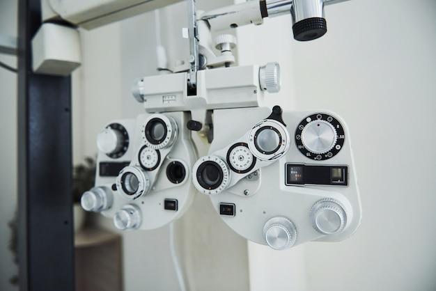 Phoropter de pie en la oficina. dispositivos de oftalmólogo en la hermosa sala blanca.