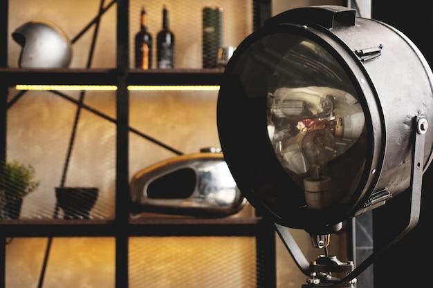 Photospotlight en el estudio o en el garaje. el casco se encuentra en el estante en el fondo.