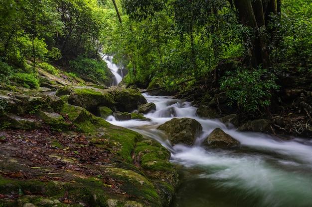 Pi-tu-gro cascada, hermosa cascada en la provincia de tak, thailand.