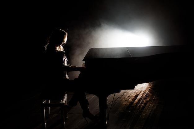 Pianista músico tocando música de piano. instrumento musical piano de cola con mujer intérprete