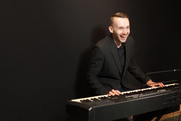 Pianista riendo