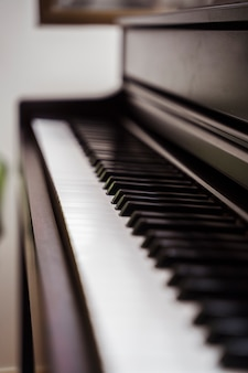 Piano aislado con nadie listo para tocar. carrera profesional conservatorio musical.