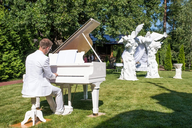 Piano en la calle, camino de pétalos de rosa, decoraciones para recién casados