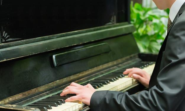 Piano con manos de jugadores