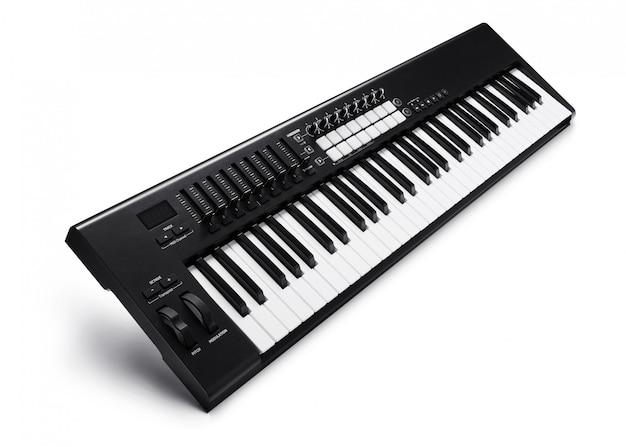 Piano sintetizador electrónico aislado en blanco con trazado de recorte