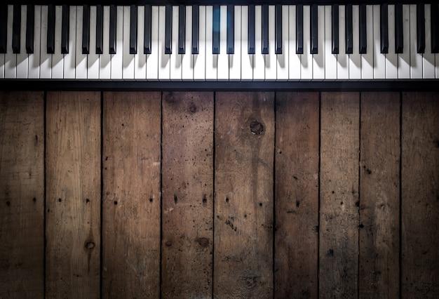 Piano sobre fondo de madera closeup, concepto de instrumentos musicales