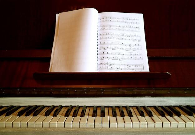 Piano vintage con un libro de música