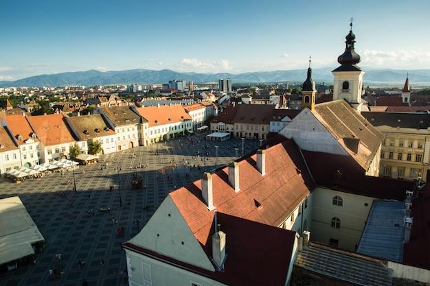 Piata mare plaza grande en sibiu, rumania en el horario de verano