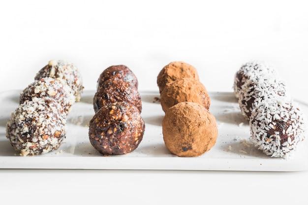 Picaduras de energía caseras, trufa vegana de chocolate con cacao y hojuelas de coco. concepto de comida saludable.