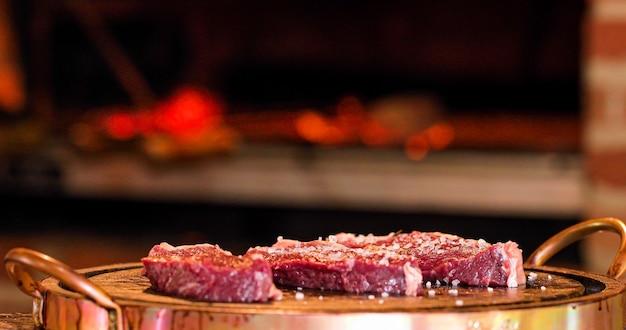 Picanha de carne en fuego brasil delicioso