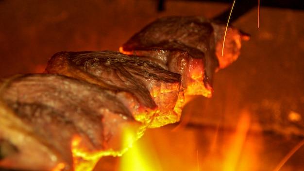Picanha de carne en fuego brasil